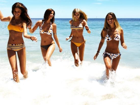Красивые девушки, пляж и отдых. Горящий тур один из способов быстро туда попасть.