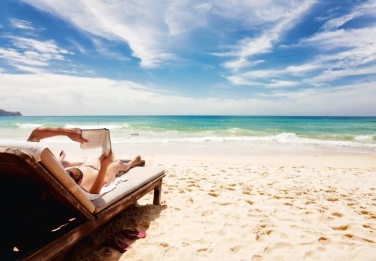 Лучше книга на пляжу, чем диван и полежу